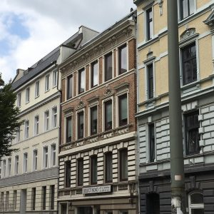Mehrfamilienhaus Zinshaus Denkmalschutz Hamburg Ottensen Projektentwicklung Eigentumswohnungen Umbau Sanierung Dachausbau Historische Fassade