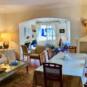 Villa Saint-Tropez Cote d`Azur Stadthaus Wohnzimmer Kamin Esszimmer