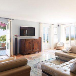 Villa La Garde Freinet Landsitz Cote d`Azur Ferienhaus Wohnzimmer Terrasse Kamin Weitblick