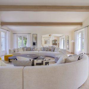 Villa Saint-Tropez Ramatuelle Cote d`Azur Ferienhaus Wohnzimmer und Esszimmer Terrasse