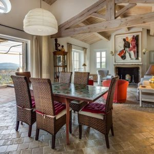 Villa La Garde Freinet Landsitz Cote d`Azur Ferienhaus Wohnzimmer Esszimmer Kamin