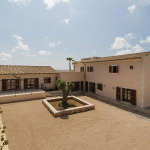 Mallorca Villa ALQUERIA BLANCA - NEUBAUFINCA MEERBLICK Eingang Innenhof Parkplatz