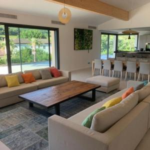 Villa Saint-Tropez Ramatuelle Landsitz Cote d`Azur Neubau Wohnen Essen Küche